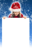 Muchacha de la feliz Navidad que sostiene la bandera en blanco Imagen de archivo
