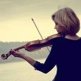 Muchacha de la foto con el violín en estilo retro fotos de archivo