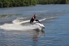 Muchacha de la foto de la acción en el esquí del jet Imagen de archivo libre de regalías