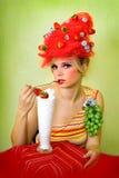 Muchacha de la fresa del encanto Foto de archivo libre de regalías