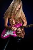 Muchacha de la guitarra eléctrica imagen de archivo