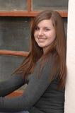 Muchacha de la High School secundaria en ventana Imagen de archivo libre de regalías
