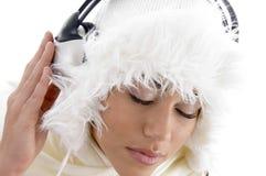 Muchacha de la juventud que escucha la música con los auriculares Fotos de archivo libres de regalías
