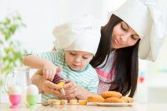 Muchacha de la madre y del niño que hace las galletas Fotografía de archivo