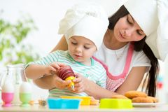 Muchacha de la madre y del niño que hace las galletas Fotografía de archivo libre de regalías