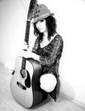 Muchacha de la manera con su guitarra Foto de archivo libre de regalías