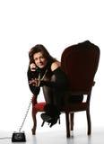 Muchacha de la manera que habla en el teléfono viejo fotografía de archivo