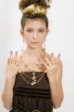 Muchacha de la manera que muestra las joyas Foto de archivo libre de regalías