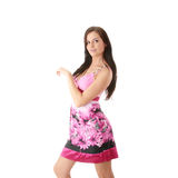 Muchacha de la manera que presenta en alineada rosada Imagen de archivo