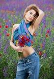 Muchacha de la manera que presenta en flores del resorte Fotografía de archivo libre de regalías