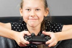 Muchacha de la mano que juega a Sony Dualshock 4 Fotos de archivo