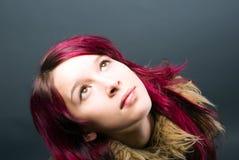 Muchacha de la mirada de Emo con el pelo rojo Imagenes de archivo