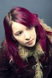 Muchacha de la mirada de Emo con el pelo rojo Fotografía de archivo