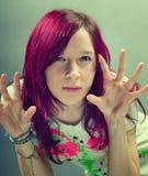 Muchacha de la mirada de Emo con el pelo rojo Fotos de archivo