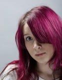 Muchacha de la mirada de Emo con hai rojo Fotografía de archivo