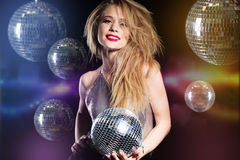 Muchacha de la moda con la bola de discoteca sobre fondo negro Imagen de archivo libre de regalías