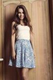 Muchacha de la moda con la falda preciosa fotos de archivo