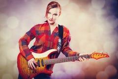 Muchacha de la moda con la guitarra Fotografía de archivo libre de regalías