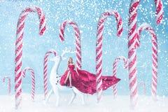Muchacha de la moda con los bastones de caramelo de la Navidad Imágenes de archivo libres de regalías
