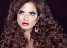 Muchacha de la moda de la belleza Pelo largo ondulado Modelo moreno con el labio rojo Imagenes de archivo