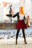 Muchacha de la moda de la mujer con el smartphone al aire libre Imagen de archivo