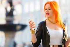 Muchacha de la moda de la mujer con el smartphone al aire libre Fotos de archivo