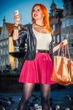 Muchacha de la moda de la mujer con el smartphone al aire libre Imagen de archivo libre de regalías