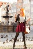 Muchacha de la moda de la mujer con el smartphone al aire libre Fotografía de archivo