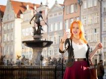 Muchacha de la moda de la mujer con el smartphone al aire libre Fotos de archivo libres de regalías