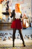 Muchacha de la moda de la mujer con el smartphone al aire libre Foto de archivo libre de regalías
