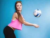 Muchacha de la moda de la mujer joven con la bola en fondo azul Foto de archivo libre de regalías