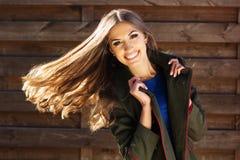 Muchacha de la moda de los jóvenes cerca de la pared de madera Foto de archivo