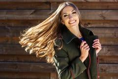 Muchacha de la moda de los jóvenes cerca de la pared de madera Imágenes de archivo libres de regalías