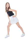 Muchacha de la moda de los jóvenes en la presentación blanca de la falda aislada Foto de archivo