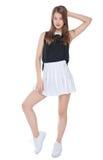 Muchacha de la moda de los jóvenes en la presentación blanca de la falda aislada Fotos de archivo libres de regalías