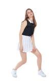 Muchacha de la moda de los jóvenes en la presentación blanca de la falda aislada Foto de archivo libre de regalías