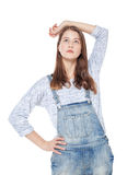 Muchacha de la moda de los jóvenes en la presentación de los guardapolvos de los vaqueros aislada Foto de archivo