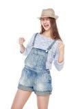 Muchacha de la moda de los jóvenes en los guardapolvos de los vaqueros con gesto del sí aislados Imágenes de archivo libres de regalías