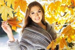 Muchacha de la moda de los jóvenes en parque del otoño Imágenes de archivo libres de regalías