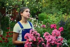 Muchacha de la moda del adolescente en jardín del país del verano Imagen de archivo