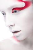 Muchacha de la moda del arte con la pintura blanca de la piel y del rojo encendido Imagen de archivo libre de regalías