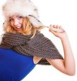 Muchacha de la moda del invierno en el sombrero de piel que hace la diversión aislada Foto de archivo