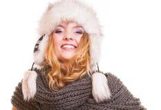 Muchacha de la moda del invierno en el sombrero de piel que hace la diversión aislada Imagen de archivo libre de regalías