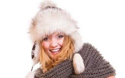 Muchacha de la moda del invierno en el sombrero de piel que hace la diversión aislada Imagen de archivo