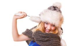 Muchacha de la moda del invierno en el sombrero de piel que hace la diversión aislada Fotos de archivo