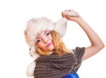Muchacha de la moda del invierno en el sombrero de piel que hace la diversión aislada Foto de archivo libre de regalías