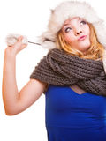 Muchacha de la moda del invierno en el sombrero de piel que hace la diversión aislada Fotografía de archivo