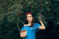 Muchacha de la moda del verano que detiene a Cherry Basket Imagen de archivo