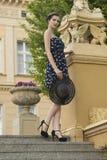 Muchacha de la moda en escalera vieja fotografía de archivo