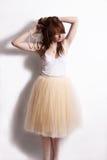 Muchacha de la moda en la falda de Tulle en el fondo blanco Imágenes de archivo libres de regalías